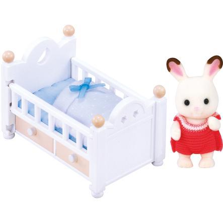 Sylvanian Families® Babys - Schokoladenhasen, Baby mit Babybett